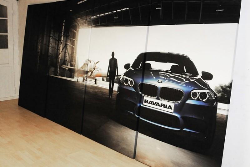 Et stort og opdelt billede på endevæggen